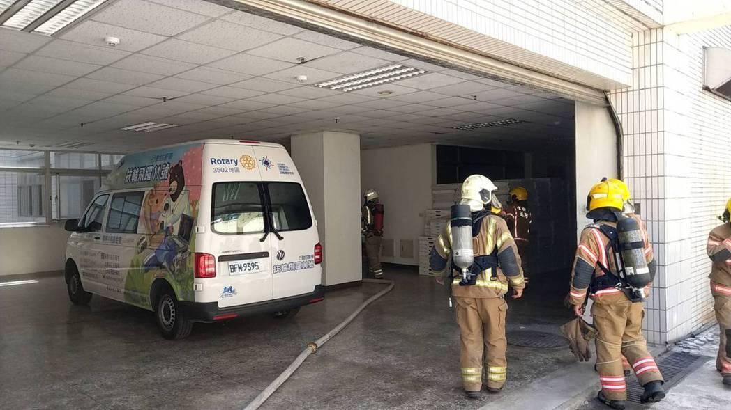 衛福部台南醫院新化分院中午冒濃煙,消防隊員趕至及時滅火。記者謝進盛/翻攝