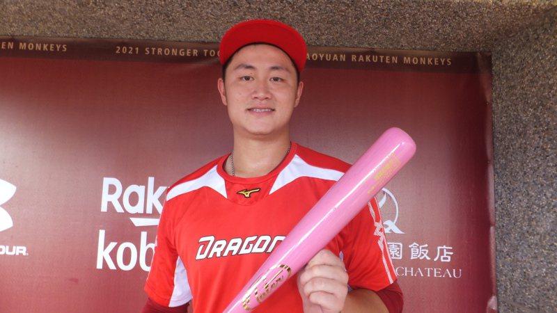 蔣少宏在粉紅色球棒打上「媽媽我愛您」5個字。記者藍宗標/攝影