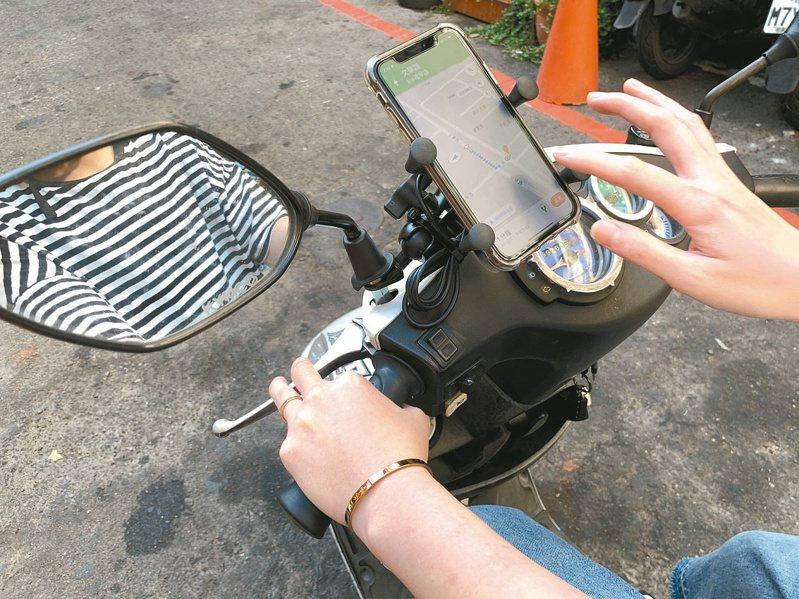 騎機車、開車不能滑手機,但用機車手機架則是警方在意的灰色地帶。圖/聯合報系資料照片