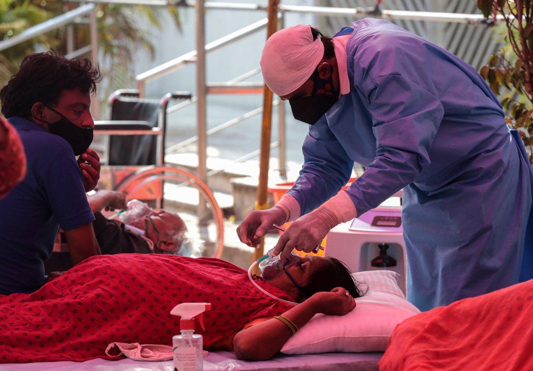一名疑似感染新冠肺炎的患者8日在新德里郊區一間錫克廟改裝而成的臨時醫院接受供氧治...