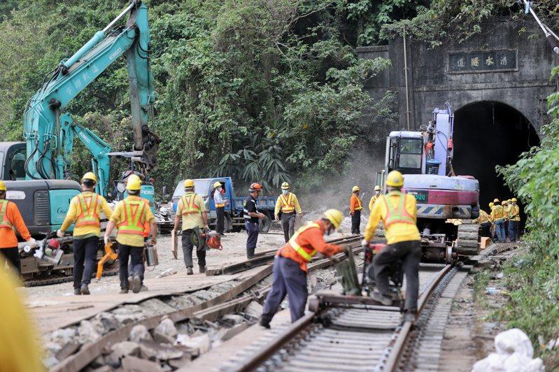 太魯閣事故後,鐵道局派人到現場,但與運安會的專業調查人員相比,鐵道局監理與調查的量能顯然需改進。圖/聯合報系資料照片