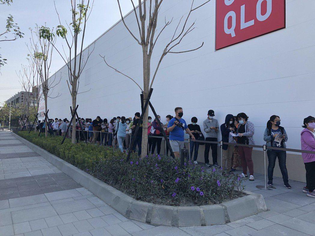 捷運南岡山站前的UNIQLO開張,此處分店面積是全高雄最大,新開幕吸引不少消費者...