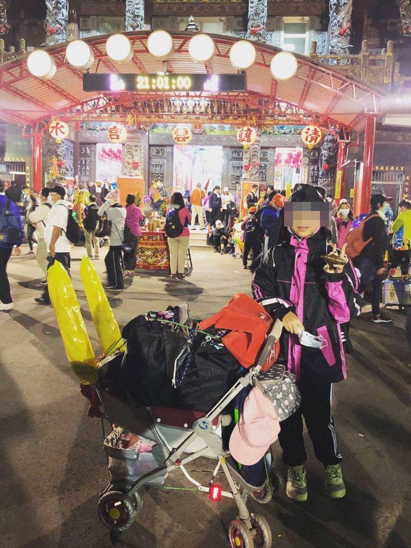 葉姓女童為癌父參與大甲鎮瀾宮媽祖九天八夜遶境活動,步行為癌父祈福。圖/家屬提供