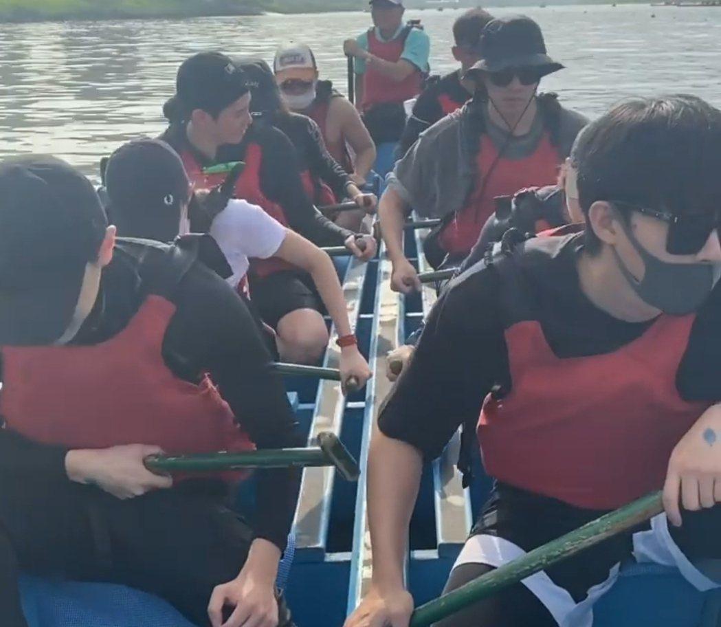 藍隊集體投入龍舟練習,等待胡宇威加入。圖/摘自IG