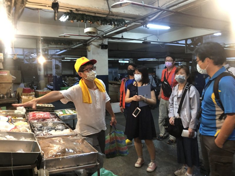 「少年阿公」方子維帶領遊客走入傳統菜市場,在他的口中講活了市場裡的大小故事,宜蘭縣府最近舉辦市場走讀,邀請少年阿公導覽,可報名參加。圖/縣府提供