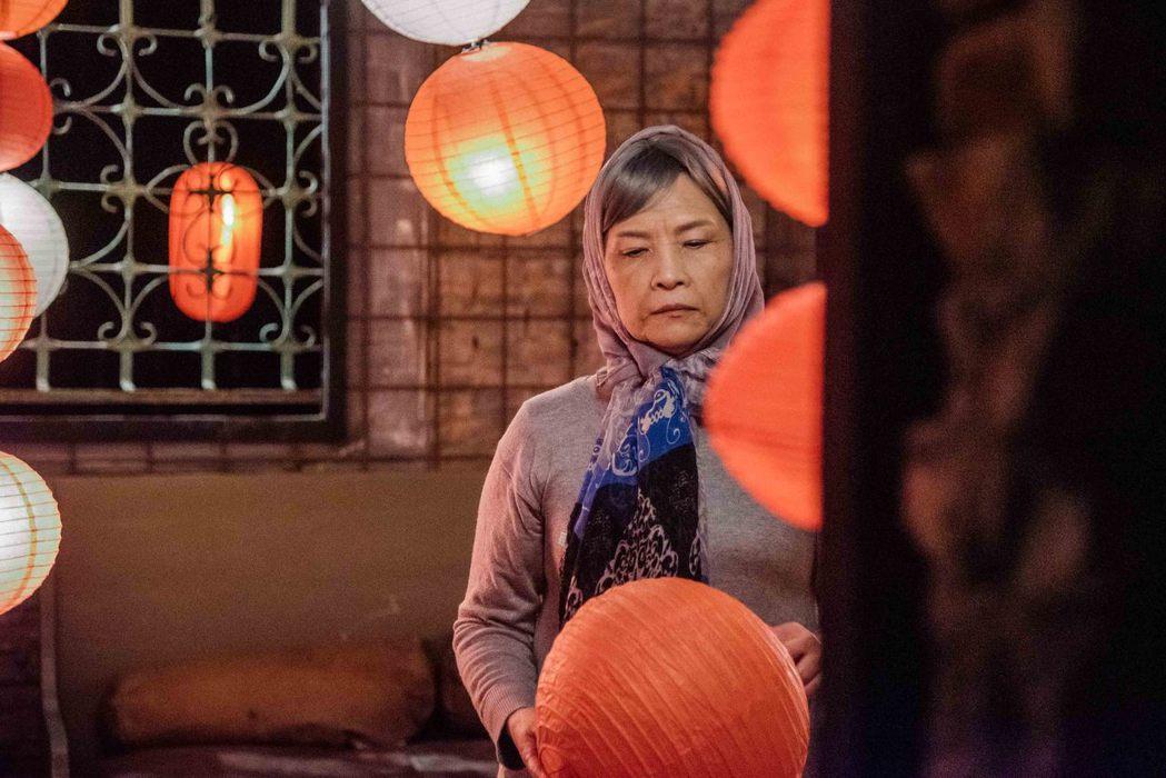 吳申梅的媽媽化著老妝,在「天燈」MV中表現相當到位。圖/音圓唱片提供