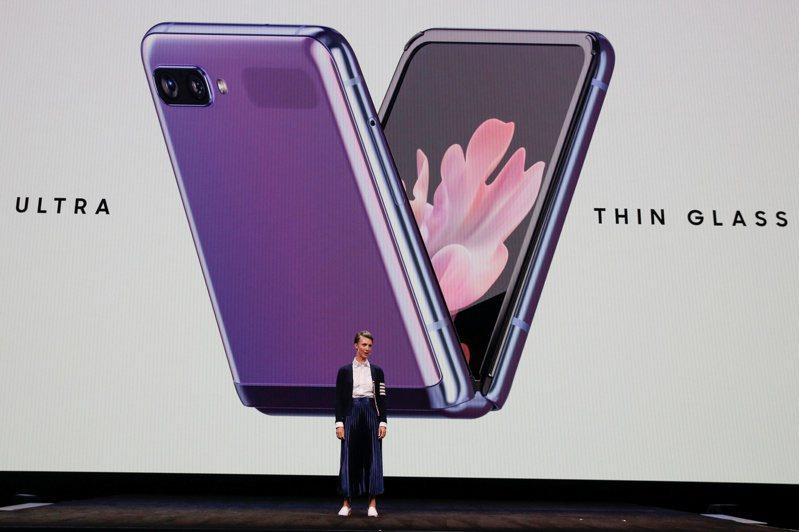 貝殼型機身的Galaxy Z Flip3折疊機,預料將搭載更大尺寸的螢幕,但價格更親民。圖為去年發布的Z Flip系列。路透
