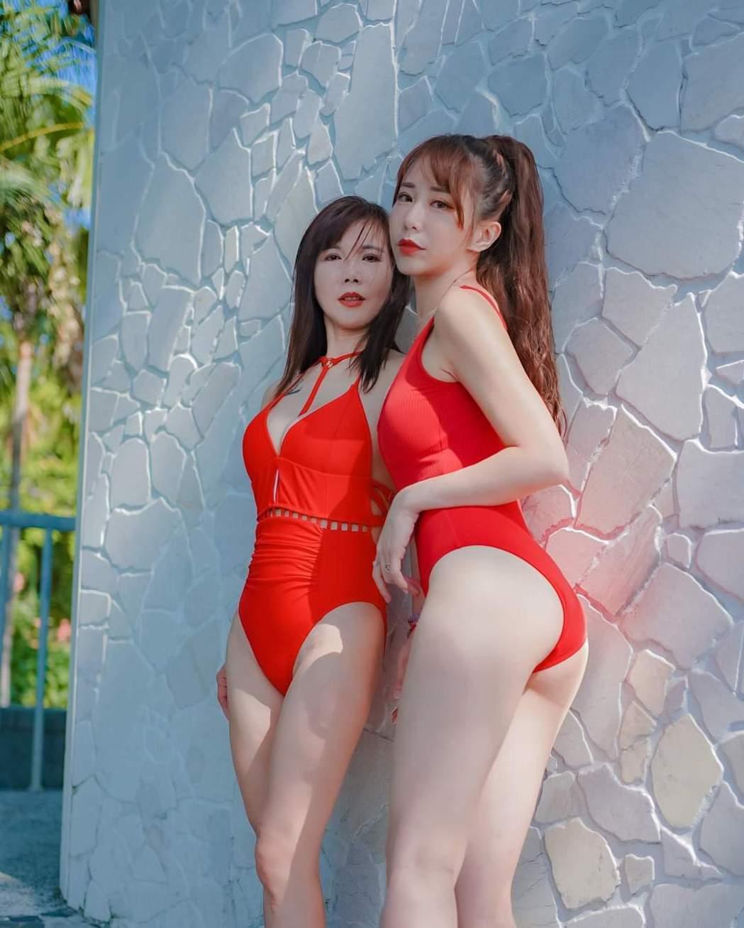 梓梓和媽媽一起穿性感泳裝。圖/摘自臉書