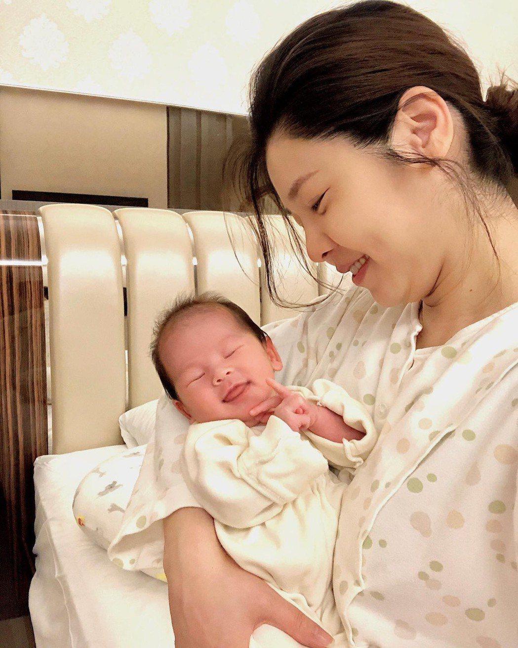 白家綺日前生了第四胎女兒。圖/摘自臉書