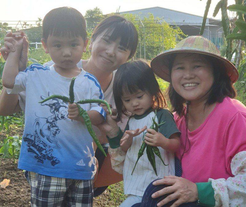 青農林雅婷(左二)與母親「劉老師」劉麗蘭(右一)。圖/新北市政府農業局提供