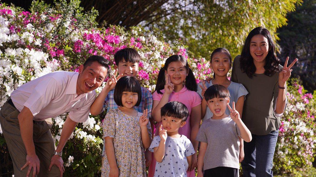 洪小鈴(右)、周詠軒在劇中的「一家人」人數眾多。圖/大愛台提供