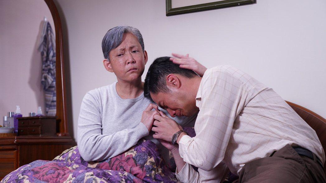 陳玉玫(左)在劇中飾演周詠軒的媽媽,到晚年罹患失智症連兒子都不認得。圖/大愛台提...