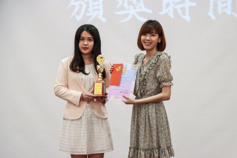 第二屆「我世新主播」決賽落幕,來自台大法律系的蔡孟軒獲得第二名,並與TVBS主播錢麗如〔右)合影。圖/世新大學提供