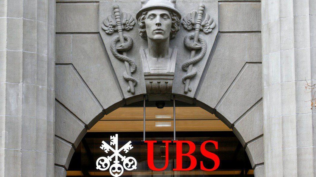 瑞銀集團(UBS)為照顧年輕資淺金融經理人,新推一項獎金制度,並把發放獎金的時間...