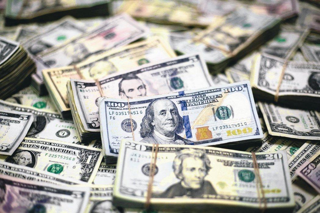 壽險業者分析美元利變保單有四大優勢,加上第六回生命表推波助瀾,預料仍是保險市場主...