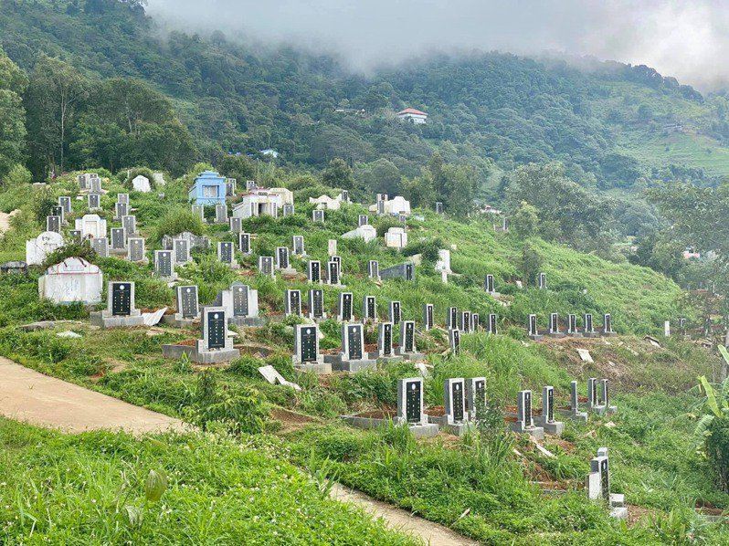 國防部表示,中華救助總會長期在泰北地區有實際執行修整孤軍墓地工作的經驗。圖為泰北孤軍墓園。圖/立委吳斯懷國會辦公室提供