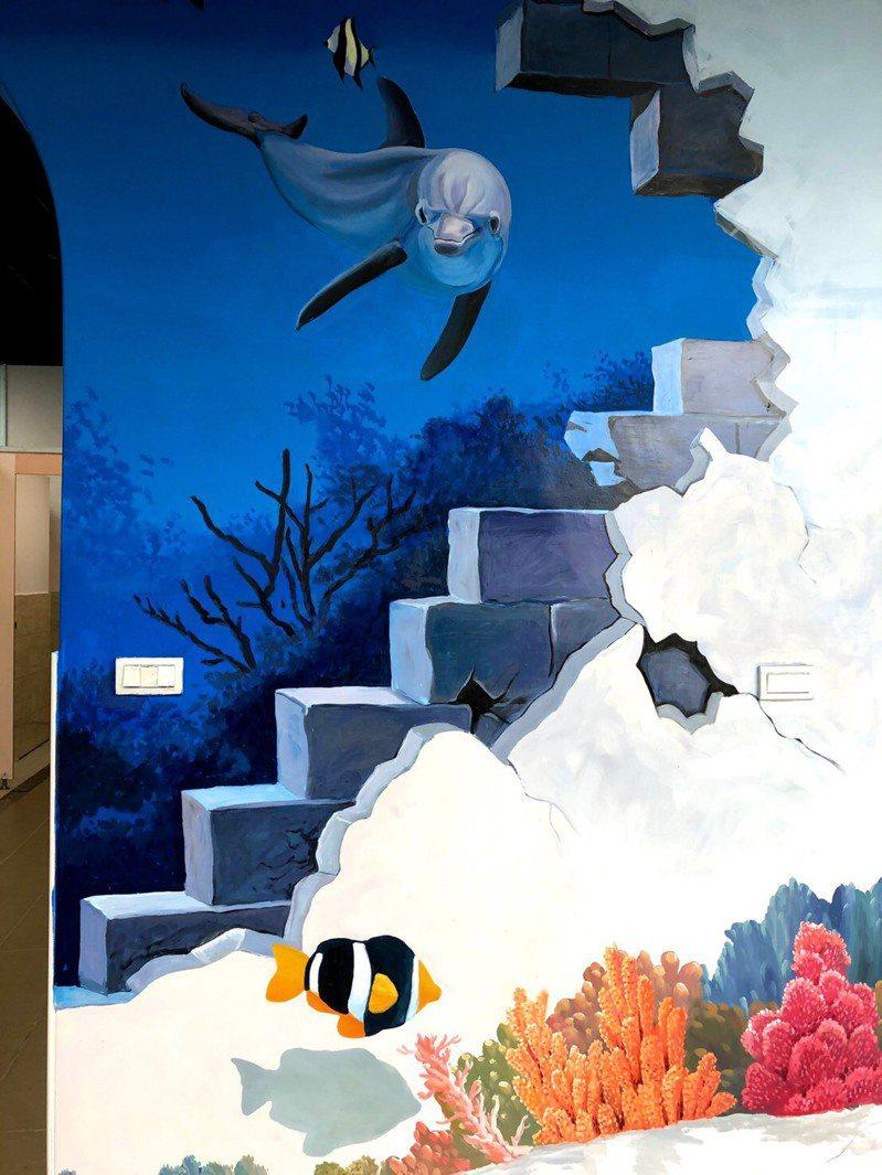 基隆市八斗國小改善廁所環境,融入海洋教育特色,設計海洋立體彩繪。圖/基市府教育處提供