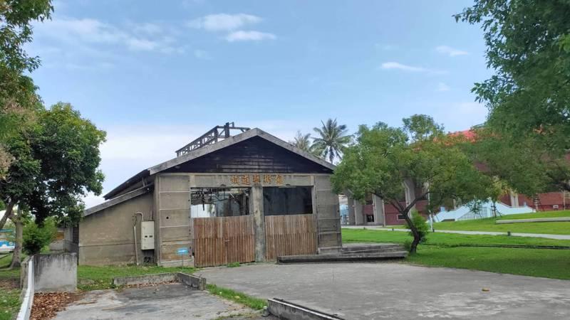有百年歷史的台鐵台東舊機關車庫(圖)經尼伯特颱風侵襲後,建物嚴重受損,屋頂也破了大洞,4年來宛如廢墟。記者施鴻基/攝影