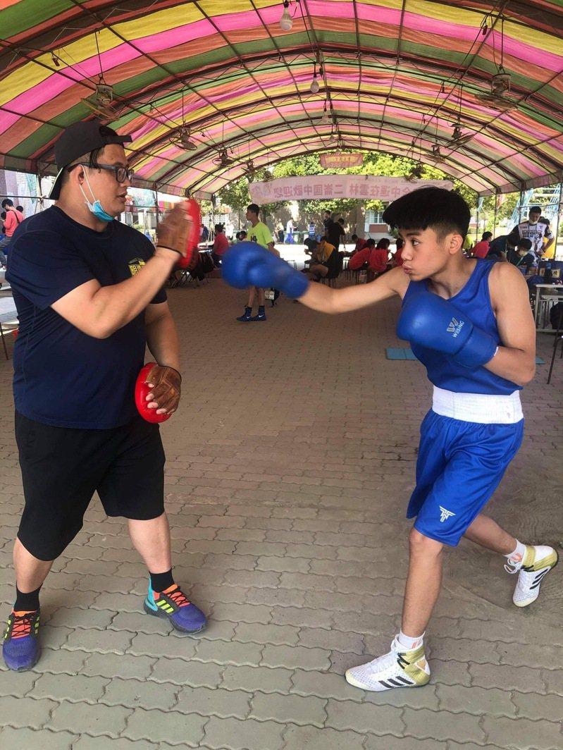 三峽國中拳擊隊選手林翊晟進行賽前練習。圖/三峽國中提供