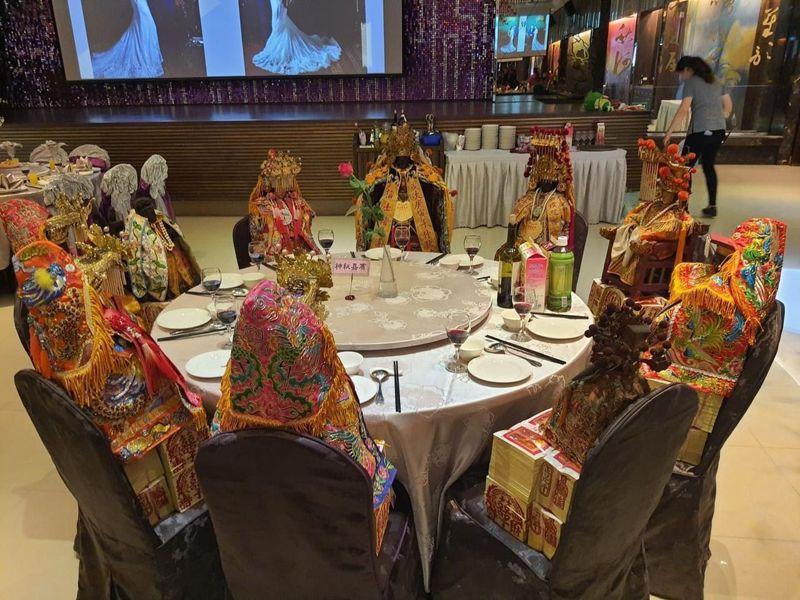 立委陳柏惟團隊在臉書貼文,秀出一場婚宴「神祕嘉賓桌」,座上全是神明。圖/陳柏惟提供
