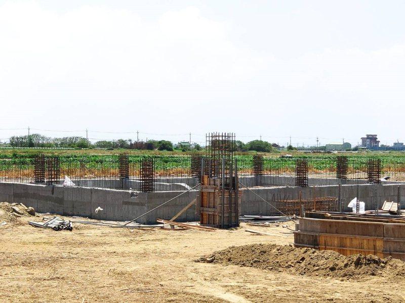 台南市北門區土石方資源堆置處理場目前施工中。記者謝進盛/攝影
