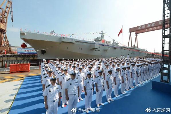 大陸軍事專家分析,排水量達4萬噸的中國海軍兩棲攻擊艦075型,弦號只有兩位數,將像小型航空母艦一樣操作。(環球網微博照片)