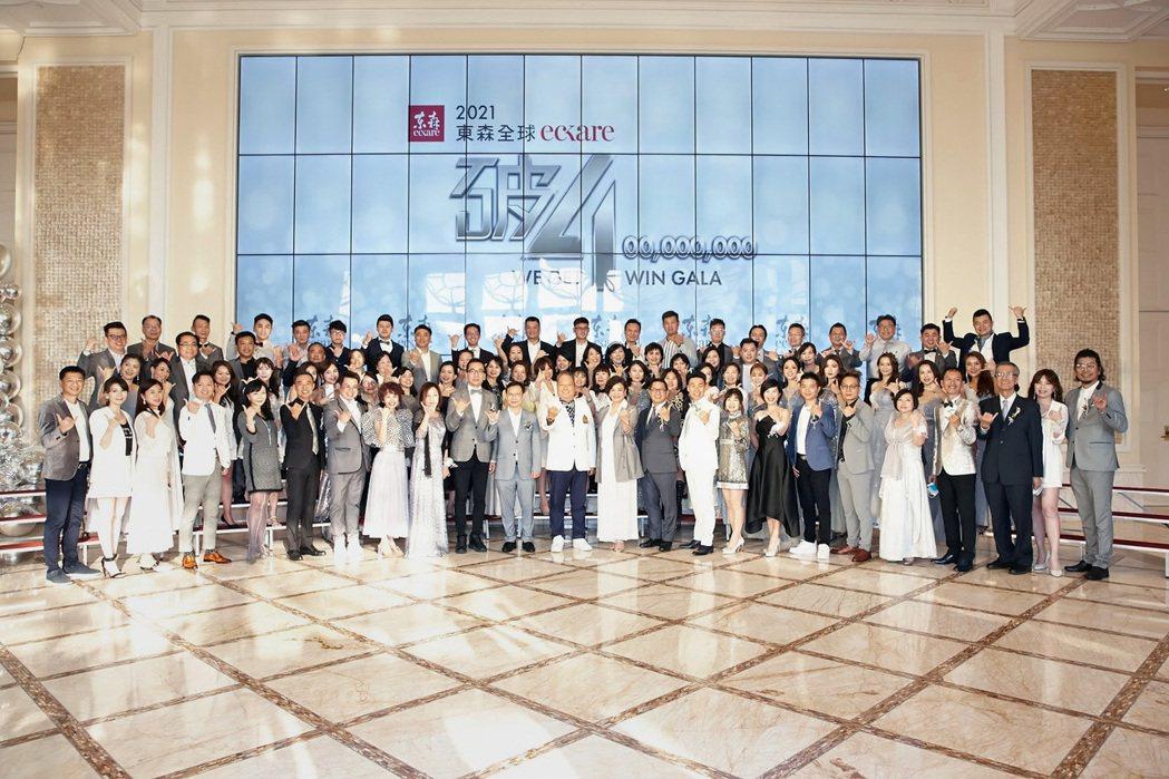 東森直消電商日前假台中林酒店舉辦慶祝4月單月業績破4億,東森總裁王令麟更喊話20...