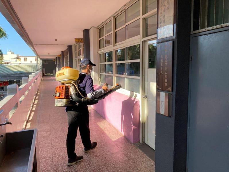 台中市政府跨局處加強會考試場防疫措施,圖為環保局人員在各試場消毒。圖/台中市教育局提供