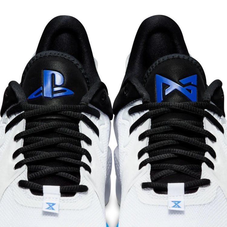 鞋舌上分別有PG和PlayStation標誌。圖/摘自PlayStation官方...
