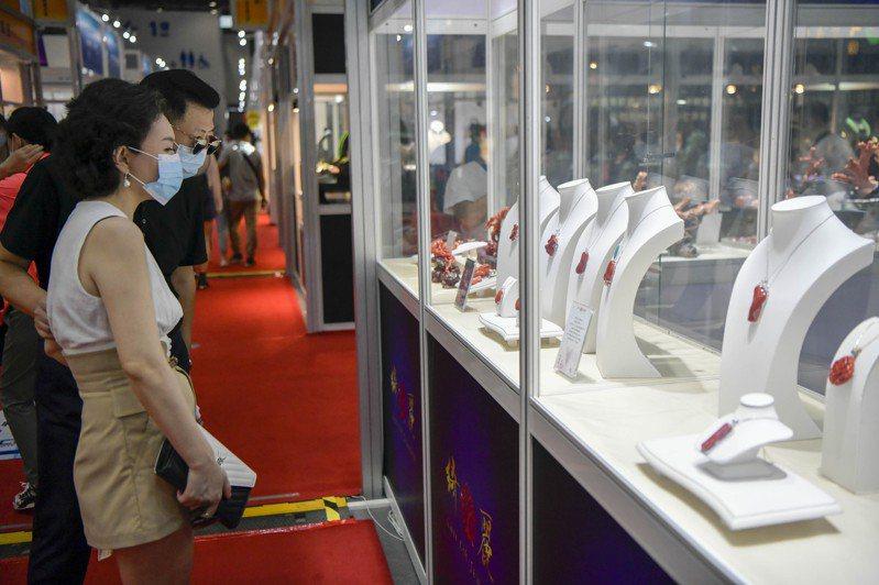 首屆中國國際消費品博覽會近日在海南省海口市持續進行。圖為台灣珠寶企業展出的紅珊瑚飾品引關注。(中新社)