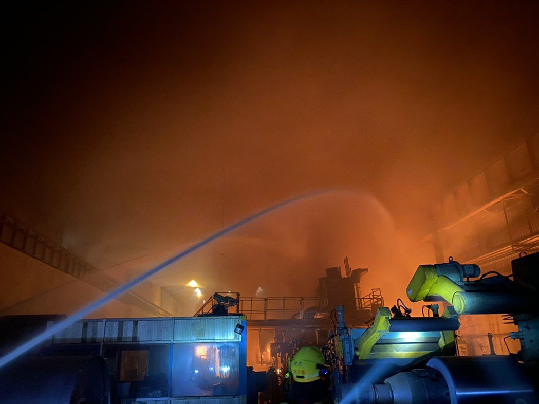 高雄岡山區燁聯鋼鐵廠區今晚發生火災,生產設備、容量約7萬公秉油槽起火,火勢猛烈。...