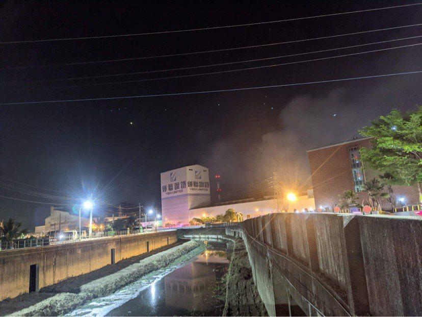 高雄岡山區燁聯鋼鐵廠區今晚發生火災,場外氣氛緊繃。記者陳弘逸/攝影