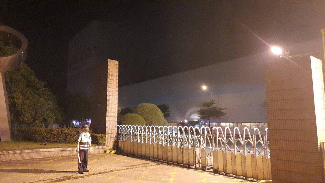 高雄岡山區燁聯鋼鐵廠區今晚發生火災,場外氣氛緊繃。記者陳玫伶/攝影