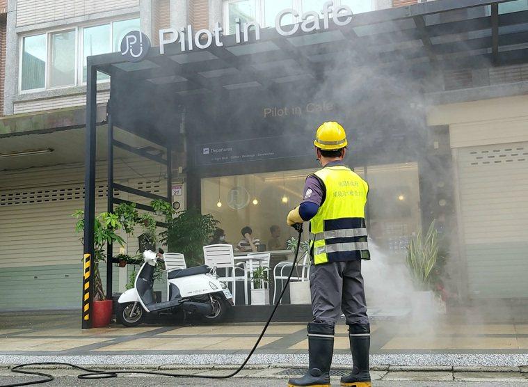 公布確診者足跡後,桃園市清潔隊到中壢的咖啡廳外消毒。記者朱冠諭/攝影