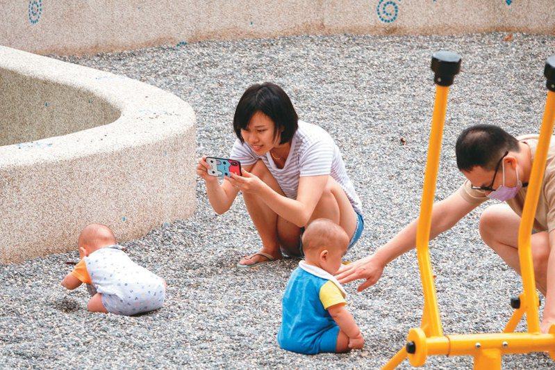 昨天是母親節,媽媽帶著孩子一同上街玩耍。記者葉信菉/攝影