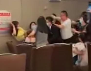 陸網瘋傳母親節當日有兩家人為了爭位子大打出手,甚至拿起鐵製茶壺攻擊,場面暴力。圖/取自YouTube