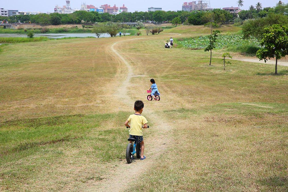 岡山典寶溪滯洪池環湖步道不只是高雄人氣練跑路線之一,也是踏青休閒好去處。 圖/C...