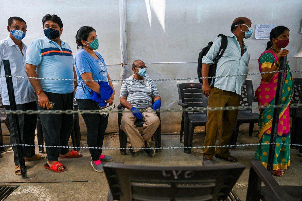 到五月初,政府為約1.6億人提供了第一劑疫苗,總數僅次於中國和美國,但因印度人口太多,整體覆蓋率只有將近10%。 圖/法新社