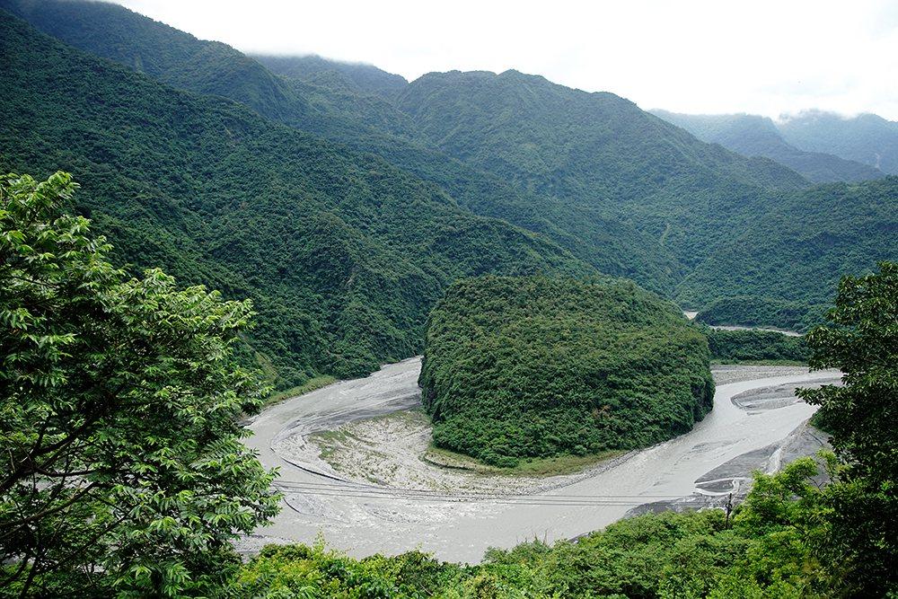 從龍頭山步道俯瞰,環流丘地形、蛇頭山、多納大橋非常壯觀秀麗。 圖/曾信耀 攝影