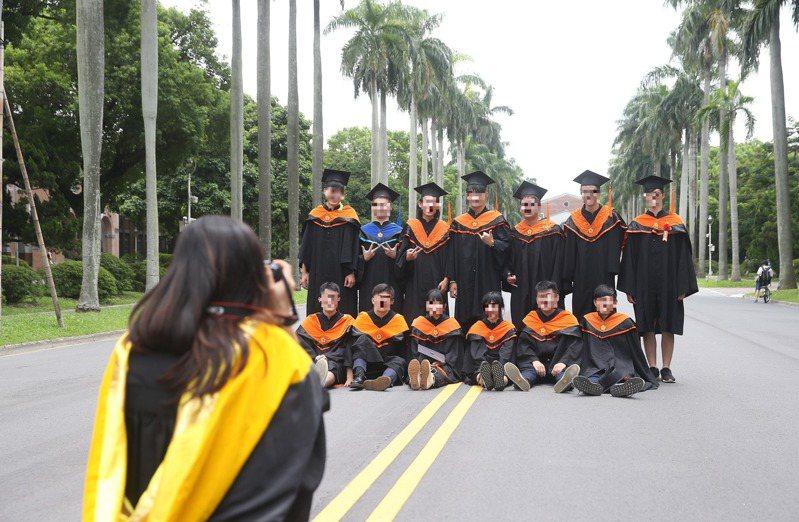 台大每3人就1人延畢,且以文學院的延畢率最高,占比達4成5。圖為台大畢業生拍紀念照,人物與新聞無關。圖/聯合報系資料照片