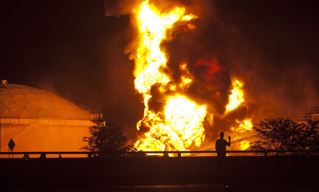 2010年發生的Colonial Pipeline輸油管系統大火。 圖/美聯社