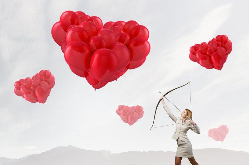 在愛情之中,有的人喜歡被愛,也有的人喜歡主動追求,享受當愛情獵人的感覺。圖片來源/ingimage