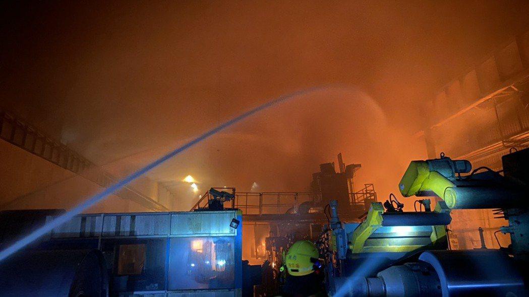 燁聯鋼鐵昨晚大火,意外造成一名員工嗆傷送醫,市長陳其邁要求停工。記者徐白櫻/翻攝