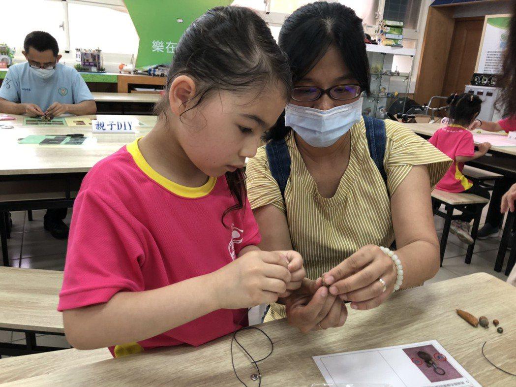 校方安排親子體驗課程,活動中家長能從旁引導及鼓勵孩子製作造型獨特的鑰匙圈, 萬里...