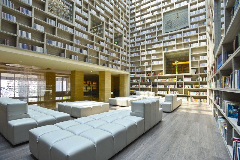 飯店大廳的「光陰部落藏書閣」是知名拍照打卡點。 大地酒店/提供