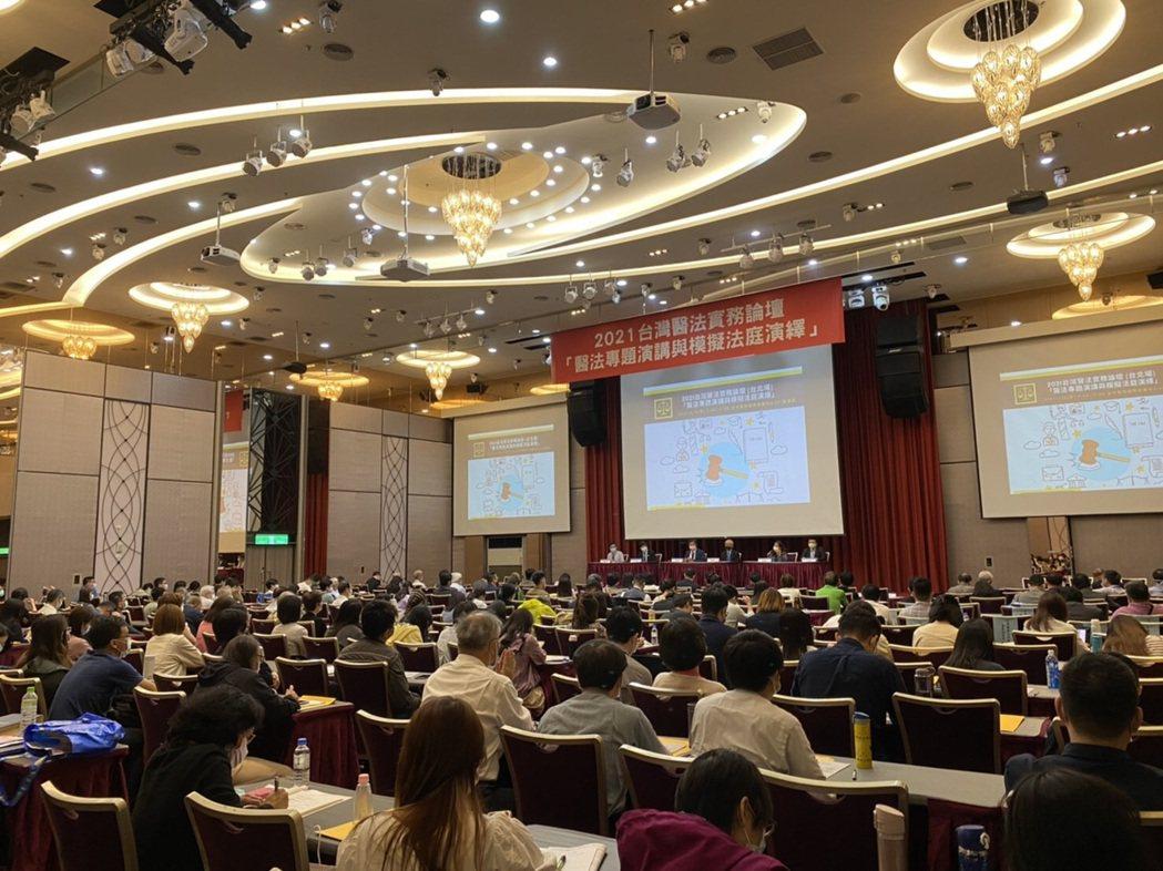 日前舉辦的台灣醫法實務論壇「醫法專題演講與模擬法庭演繹」研討會,談論健康保險管理...