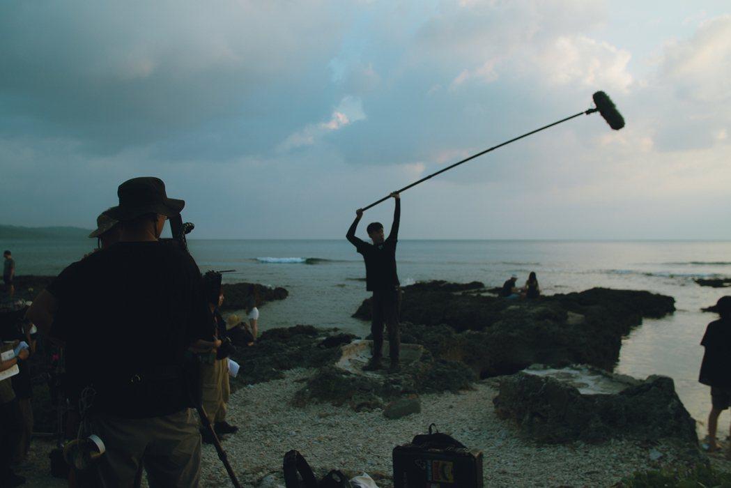 崑大視訊系《思慕魚》榮獲「行動應用類數位影音組」銀獎(圖為拍攝花絮)。 校方/提...