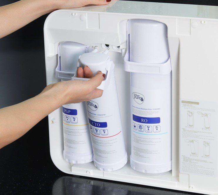 在更換濾心設計方面,聯合利華Pureit RO淨水器在機身貼心設有濾芯更換指示燈...
