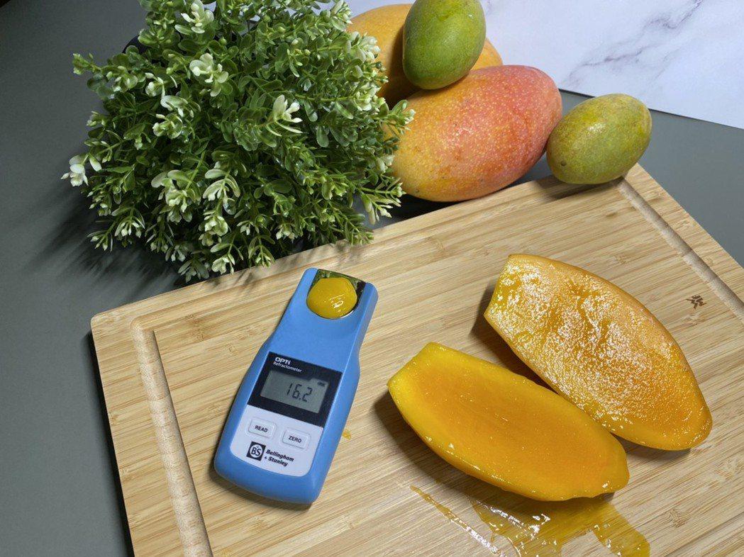 詮豐農場芒果果肉厚實,甜度更達12~18度,一口咬下汁多味美垂涎欲滴、令人食指大...