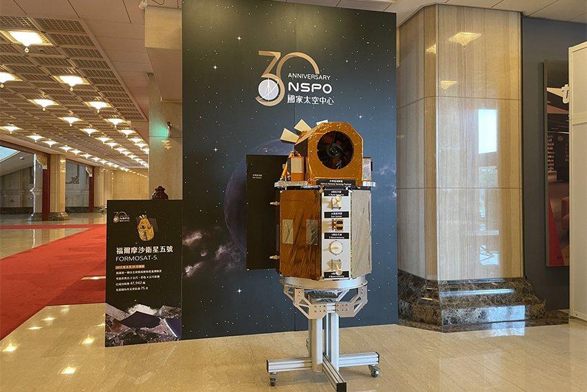 太空中心在國家音樂廳導聆區展示福衛五號模型。 國研院/提供
